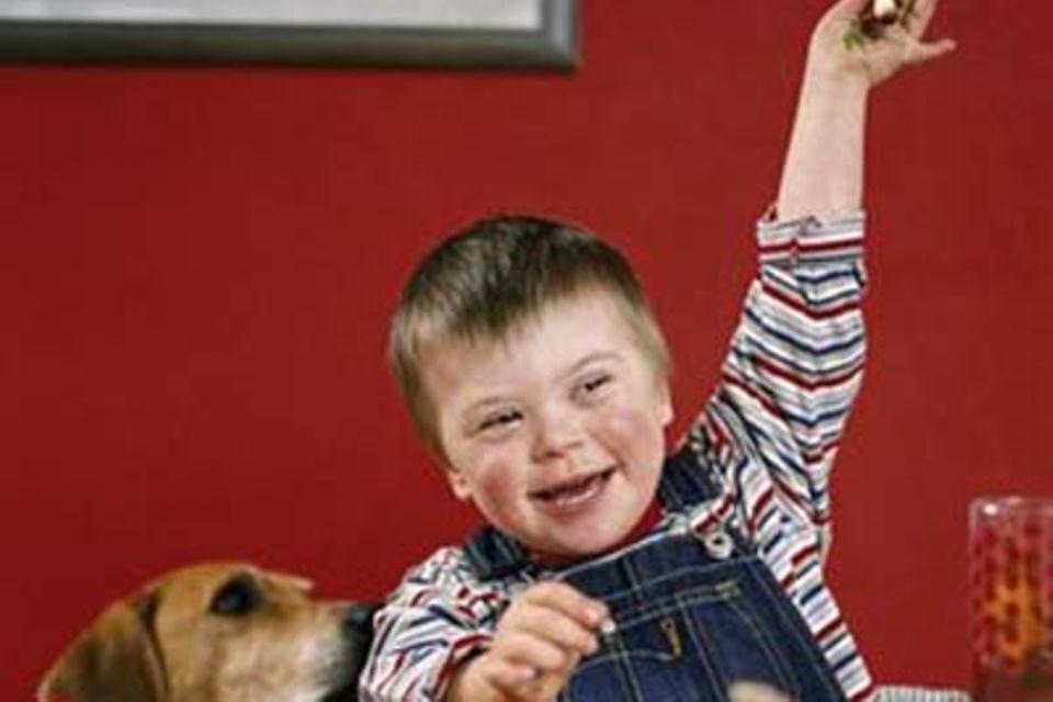 Max (vier Jahre) hat das Down-Syndrom. Und das ist sein bester Freund: Jagdhund Watson.