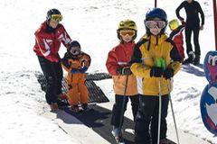 """Zu klein fürs Skifahren? Gibt's nicht! Zwar sind Kinder mit zwei oder drei Jahren noch nicht in der Lage, richtige Schwünge zu fahren oder abzubremsen. Aber in der Windelskischule auf der Turracher Höhe sorgen der """"Zauberteppich"""", ein sanft geneigter Hang und eine geduldige Skilehrerin auch bei den Allerkleinsten für viel Spaß!"""