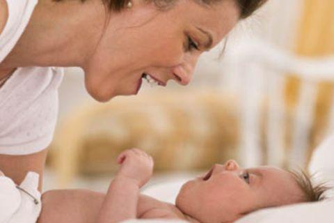 Die Mimik seines Gegenübers lehrt das Baby viel über seine eigenen Gefühle