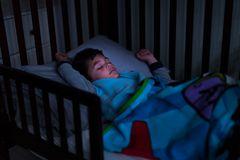 Junge schläft nachts