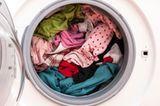 Volle Waschmachine mit Buntwäsche