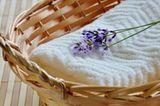 Lavendelzweig auf Handtuch in Wäschekorb