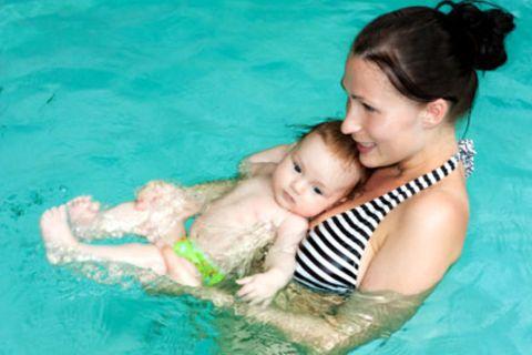 Babyschwimmkurs: Mit Baby zum Baden