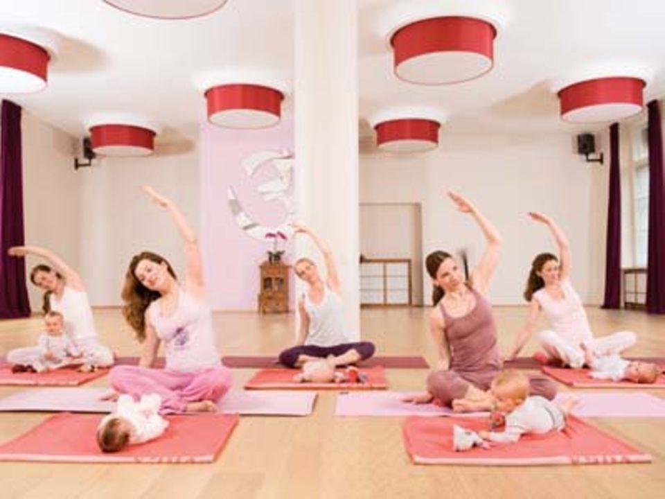 Yoga für Mütter: Rückbildung mit Krieger und Sphinx