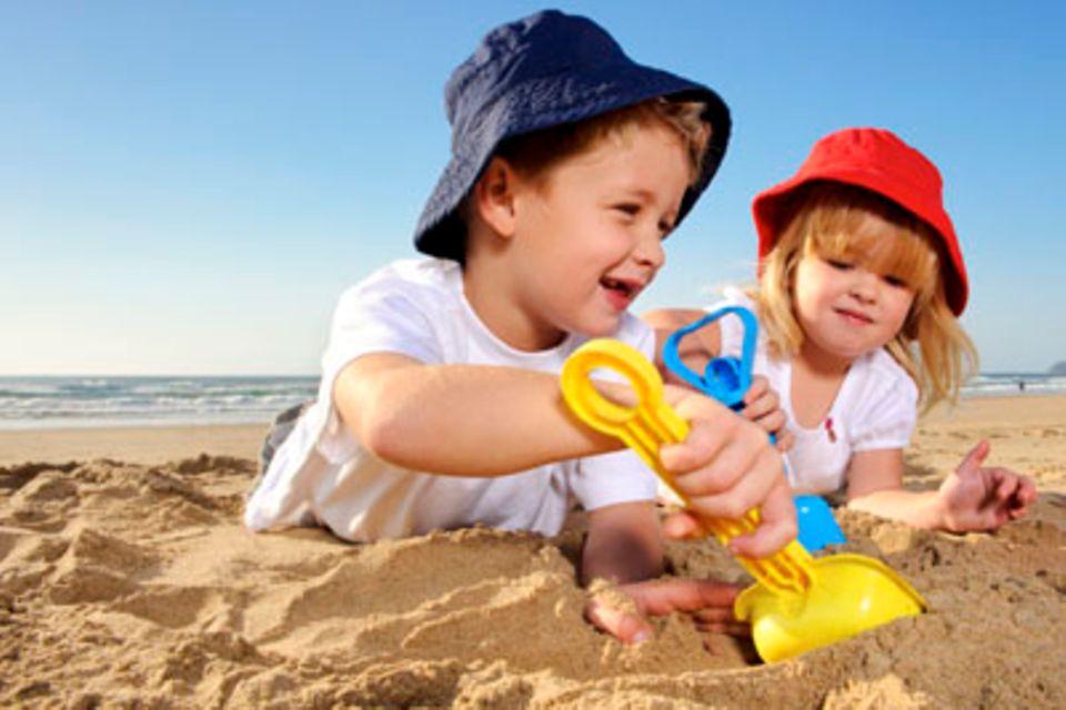 Sandspielzeug und Gartengerät: Ein Sommer zwischen Sandkasten und Blumenbeet