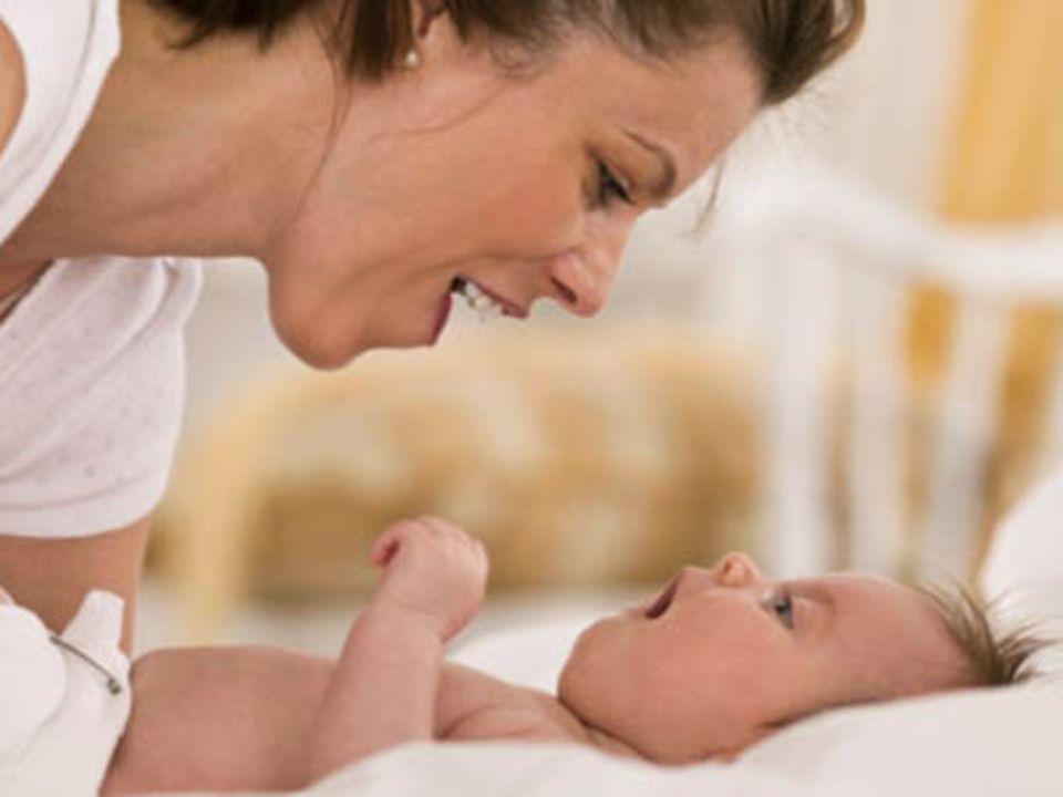 Der Augenkontakt mit der Mutter ist für das Baby sehr wichtig.