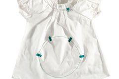 Ob als Tunika, oder kurzes Sommerkleid, dieses Oberteil von green astronaut ist ein echter Blickfang. Der aufgenähte Kreis auf der Vorderseite dient als Tasche. Hier lässt sich so einiges verstauen.   Preis: 24,95 Euro   Shop: www.green-avenue.com