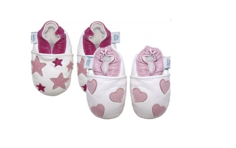 Stylisch, praktisch und bequem sollten die ersten Schuhe für die Kleinen sein. Diese Lederpuschen sind aus atmungsaktivem Leder und passen sich den Füßchen optimal an.   Preis: 45,90 Euro (Set)   Shop: www.liebzwei.de