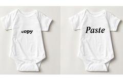 """Deine Zwillinge gleichen sich wie ein Ei dem anderen? Dann haben wir hier die perfekten Outfits für sie: schlichte Bodys mit lustigem """"Copy""""-""""Paste""""-Aufdruck.   Preis: ab 16,45 Euro (pro Stück)   Shop: www.zazzle.de"""