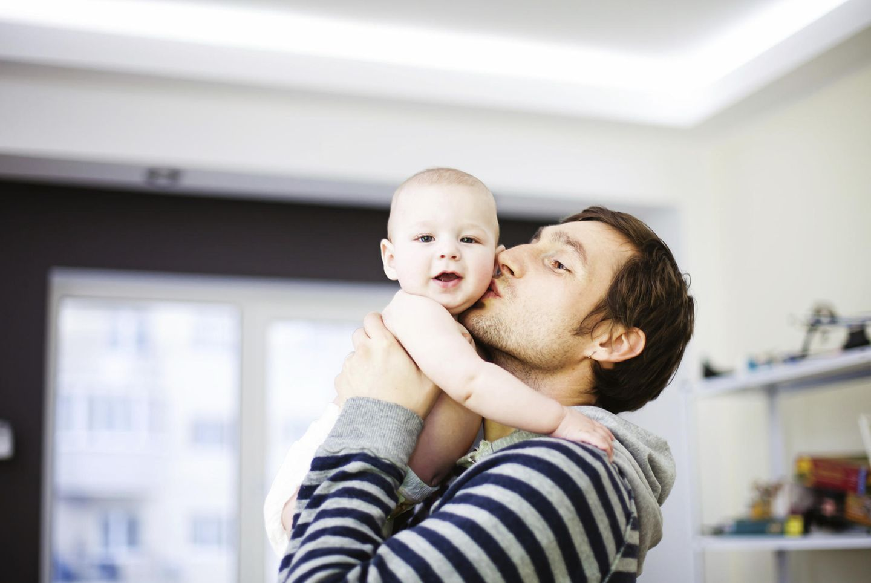 Papa kuschelt mit Baby