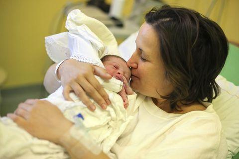 Mutter mit neugeborenem Baby