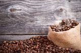 Beim Kaffee haben Sie die Wahl einen Beutel mit den Bohnen oder gemahlenem Pulver zu befüllen. Probieren Sie vorher aus, welche Variante besser für die Kinder zu erschnuppern ist. Und nicht vergessen: nicht luschern! ;)