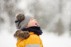 Ein Junge in warmen Winterklamotten im Schnee