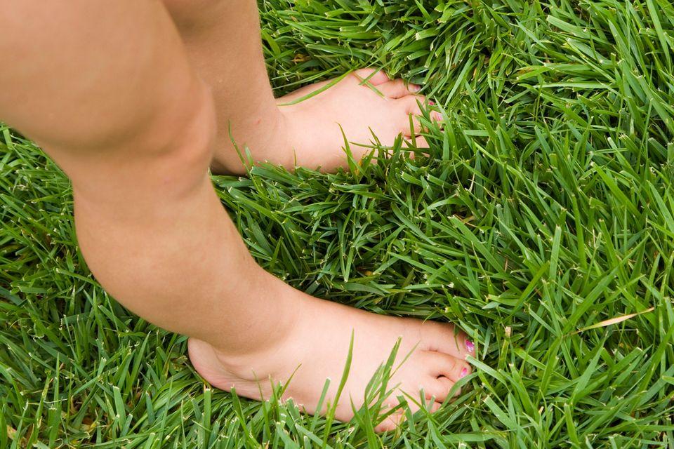 Und jetzt über weiches Gras laufen. Das kitzelt unter den Füßen und entspannt, bevor es ...