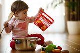 Baby spielt mit Küchenutensilien