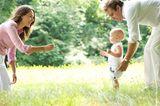 Vater und Mutter locken Kind gehen zu lernen