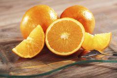 Zitrusfrüchte sind zwar lecker und vitaminreich, haben jedoch leider zu viel Säure für Babys. Da wird der kleine Po schnell mal rot. Wenn dein Schatz am Frühstückstisch trotzdem mal probieren möchte, verdünne den Saft mit Wasser.