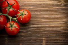 Tomaten sind gesund, aber sie enthalten auch viel Säure. Gekochte Tomaten sind da schon verträglicher. Probiere den Klassiker Nudeln mit Tomatensoße in der zweiten Hälfte des ersten Lebensjahres doch mal aus. Aber Achtung: Deine weiße Bluse solltest du dabei nicht gerade tragen und vielleicht ist heute praktischerweise Badetag? Die Tomatensoße schmeckt nicht nur gut, sie landet wahrscheinlich auch in Babys Haaren. In jedem Fall reinige die Haut deines Kindes im Gesicht und an Händen gründlich. Denn die Säure kann auch hier zu Hautreizungen führen. Genauso empfiehlt sich ein Blick in die Windel am nächsten Tag. Hoffentlich hat der Popo nicht die Farbe der Tomate angenommen.