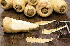 Pastinake ist ein Klassiker für den ersten Brei und das nicht ohne Grund! Der süßliche Geschmack gefällt Babys und der Verdauungstrakt verträgt Pastinake gut.
