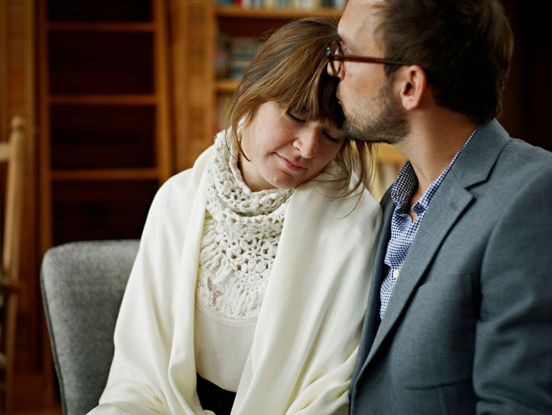 Mann tröstet Frau