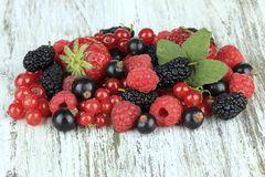 Himbeeren, Erdbeeren, Blaubeeren - die süßen Früchte schmecken vielen Babys gut. Ein schönes Fingerspiel, die kleinen Beeren zu greifen. Mal flutschen sie weg, mal werden sie mit Freude zwischen den Fingern zerquetscht. Aber irgendwann landen sie im Mund.      Tipp: Sind gerade Zähnchen unterwegs? Gekühlt beruhigen die Früchte das juckende Zahnfleisch. Und sofern die Babyhaut keine Reaktion auf die Früchte zeigt, steht einem Sommer mit Erdbeermund nichts im Wege.