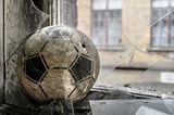 Fensterscheibe zerbrochen, Fußball liegt daneben