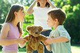 Kinder streiten um einen Teddybär