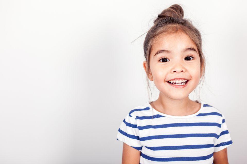 selbstbewusstes kleines Mädchen