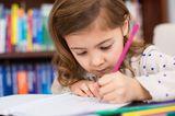 kleines Mädchen zeichnet ganz konzentriert