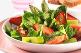 Spargel-Spinat-Salat mit Erdbeeren