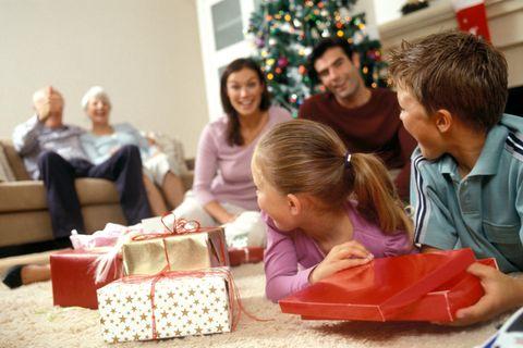 Familie feiert Weihnachten, packt Geschenke aus