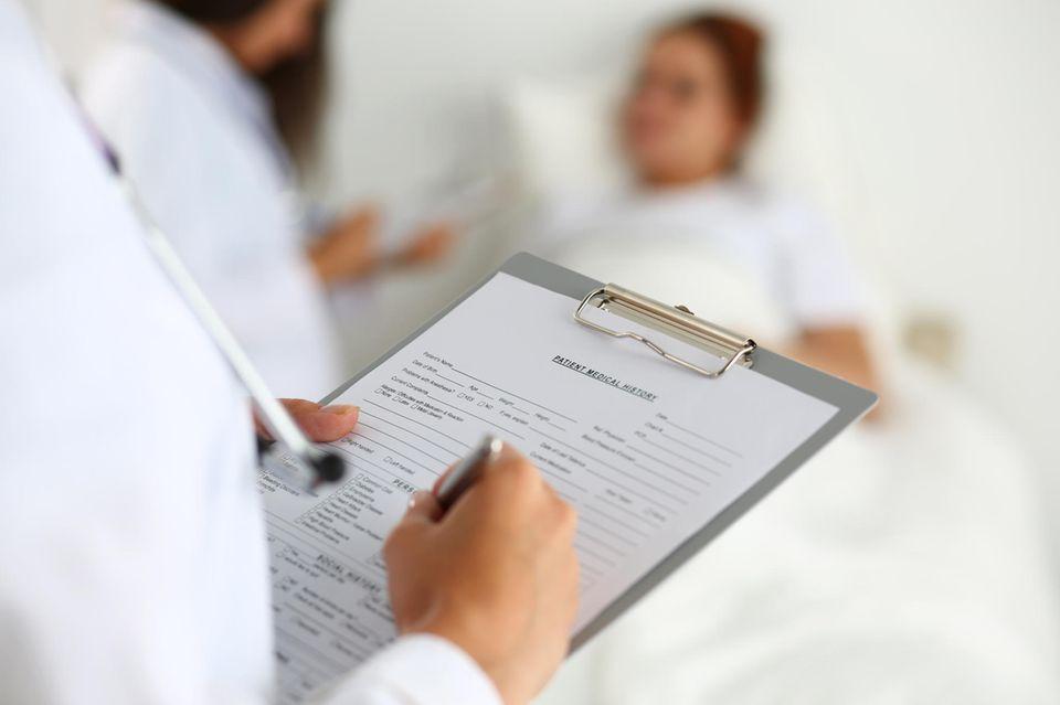 Arzt macht Patienten Anamnese