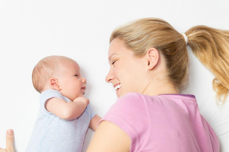 Mutter und Baby schauen sich an