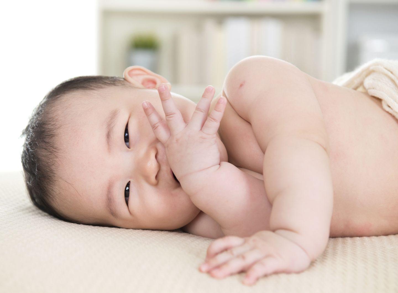 Baby liegt in Seitenlage