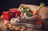 Nikolaus: Kinderschuh mit Karotte und Nüssen