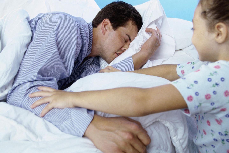 Es gibt Nächte, da frage ich mich, ob überhaupt gerade Nacht ist? Ab 3 Uhr stehen meine zwei Schlafräuber (Rixa 4 und Bela 3 Jahre alt) stündlich bei uns am Bett und fragen, ob es schon Morgen ist. Jetzt bloß nicht die Augen aufmachen. Die ersten drei Ab-zurück-ins-Bett-Einsätze fährt mein Mann. Um 6 Uhr kann ich nicht länger so tun, als würde ich noch schlafen, ich übernehme die nächsten beiden Retour-Runden. Logisch, um 7 Uhr, als der Wecker klingelt, schlafen die beiden tief und fest.