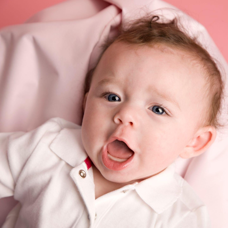 Baby gibt Laute von sich, Nahaufnahme vom Gesicht
