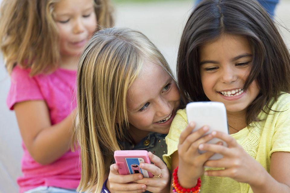 3 Mädchen mit Handys