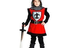 Das Ritter-Kostüm von Rubies ist ein ärmelloses rotes Oberteil mit schwarzem Saum und aufgenähtem Ritteremblem. Dazu eine separate Kapuze mit Kragen in Kettenhemdoptik und einen schwarzen Gürtel. Erhältlich für 24,99 Euro bei www.baby-walz.de.