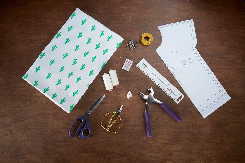 Material: 50 cm Baumwolljersey, evtl. Stoffrest in Kontrastfarbe für die Brusttasche, farblich passendes Garn, Jersey-Nadel, Zwillingsnadel, evtl. 1 -2 Druckknöpfe, Schere, Kreide, Stifte, Nähmaschine