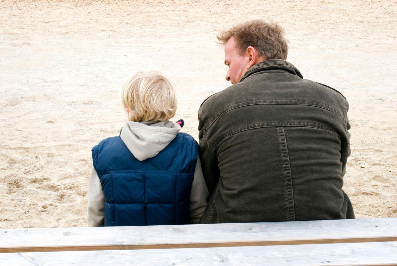 Vater und Sohn im Gespräch