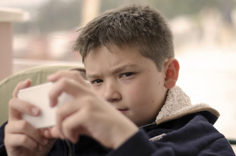 Junge spielt ernst mobile Game