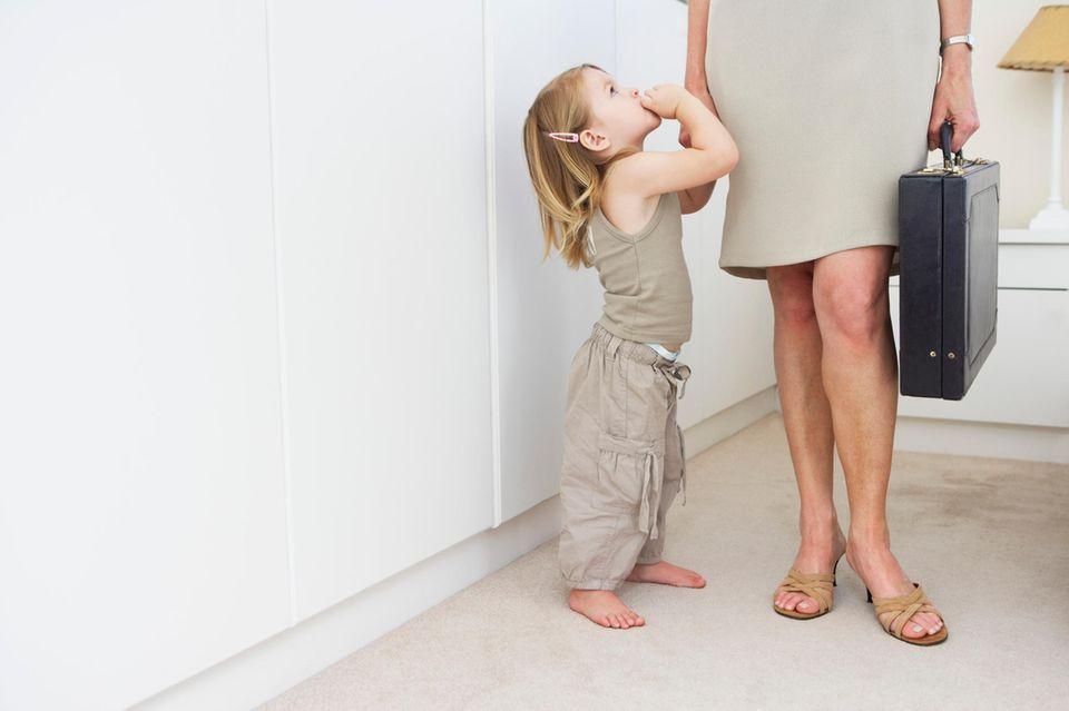 Eltern von Kleinkindern wissen: Morgens pünktlich und ohne Breiflecken auf der Hose die Wohnung zu verlassen, ist gar nicht so leicht. Deshalb hier die wichtigsten Tipps für Wiedereinsteiger:        Plane immer mindestens 15 Minuten mehr Zeit für Unvorhergesehenes ein: eine volle Windel, wenn schon alle abmarschbereit an der Wohnungstür stehen, Kinderwagenschieben bei Eis und Schnee, wieder umkehren, weil das Lieblingsstofftier vergessen wurde, rührende Abschiedsszenen an der Kita-Tür.  Kleidung für Dich und Dein Kind, Kita-Rucksack, Deine Tasche, Brotdose – alles am besten schon am Abend zuvor zurechtlegen. Auch der Frühstückstisch kann größtenteils bereits am Abend vorher gedeckt werden.  Zahnpasta- oder Kakaoflecken auf der Bluse oder dem Sakko? Das kommt im Job nicht so gut an. Deshalb: Zieh Dein Büro-Outfit besser erst kurz bevor Du das Haus verlässt an. Dann kann beim Frühstück auch ordentlich gemanscht werden.