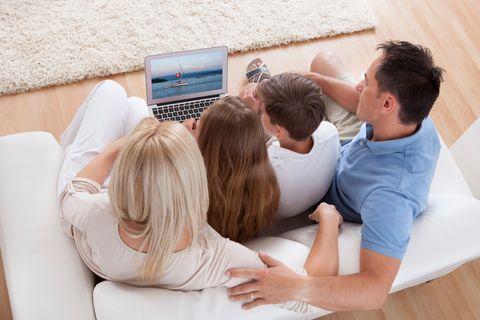 Familie bucht Urlaub online