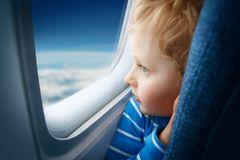 Flugreisen mit Kleinkind: Unbedingt einen Fensterplatz buchen