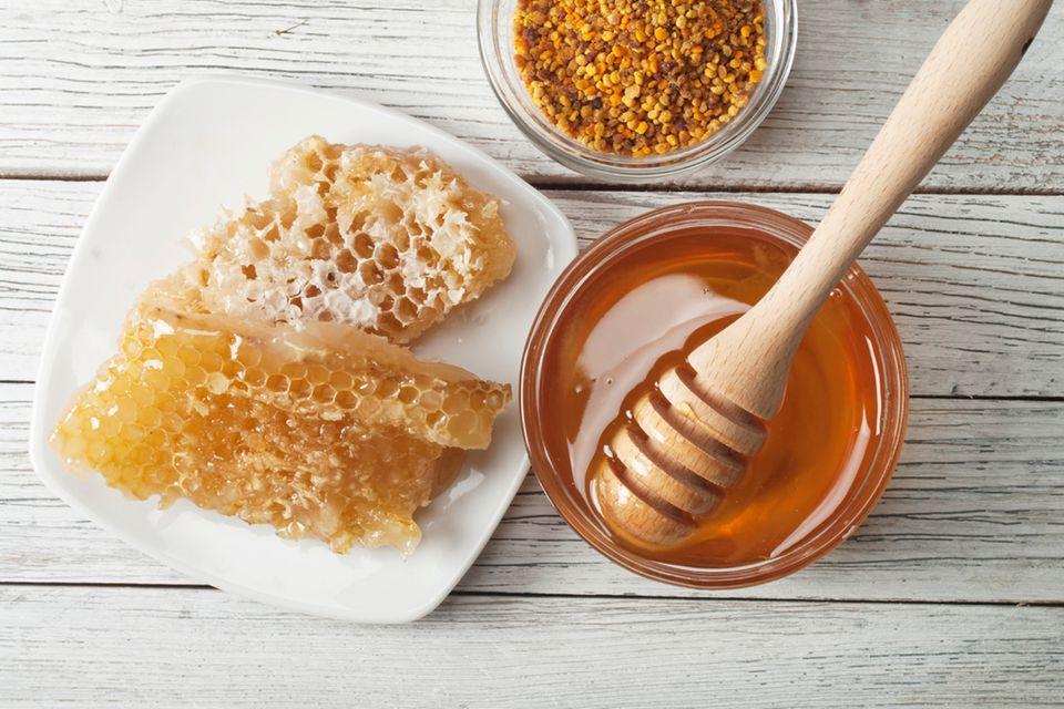"""Honig und Ahornsirup werden oft als """"gesunde Süße"""" bezeichnet, weil sie naturbelassen sind. Allerdings enthalten sie ähnlich viel Kalorien wie Zucker und kleben sogar noch mehr an den Zähnen als viele Süßigkeiten. Vor allem aber können Honig und Ahornsirup mit geringen Mengen des Bakterium """"Clostridum botulinum"""" belastet sein, mit dem der Körper erst im zweiten Lebensjahr fertig wird. Deshalb bitte nicht für Babys mit Honig oder Ahornsirup süßen. Unser Artikel """"Honig für mein Baby: gesund oder gefährlich?"""" klärt, welche Symptome bei Säuglingsbotulismus auftreten."""