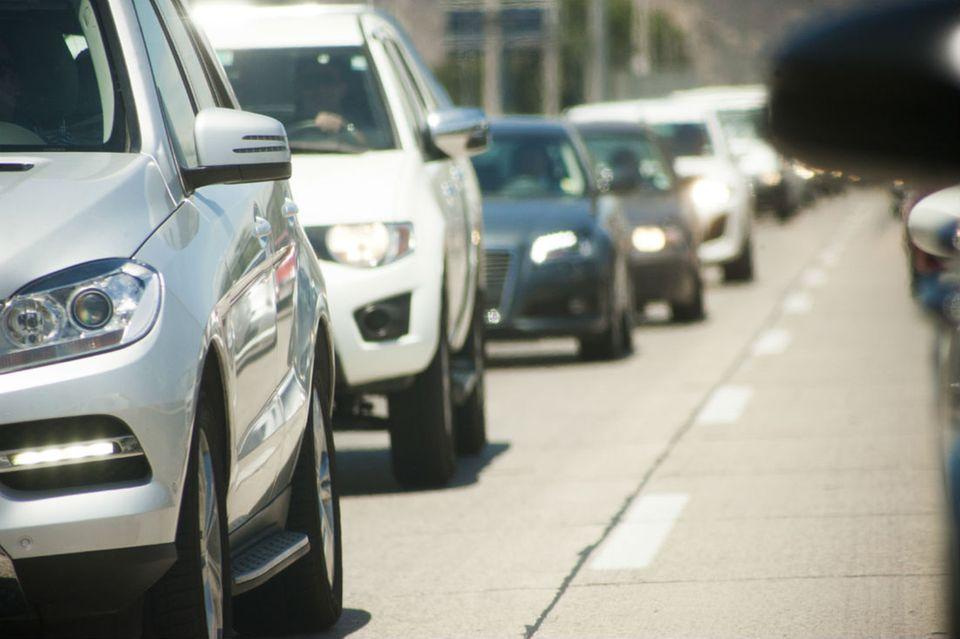 Perfekt für lange Fahrten auf der Autobahn: Bingo mit Auto-Marken. Dafür müsst Ihr nur für jeden Spieler ein Spielfeld mit neun Feldern aufzeichnen, immer drei in einer Reihe und drei untereinander. In jedes Feld wird nun eine Automarke geschrieben. Die Marken darf sich dabei jeder selbst aussuchen. (Variante: Man einigt sich vorher auf die Marken, die vorkommen dürfen.) Jetzt geht es los: Wer zuerst z.B. einen Audi sieht, ruft laut die Marke und zeigt auf das Auto. Anschließend darf der Spieler das Feld auf dem Spielfeld durchstreichen. Wer zuerst drei Kreuze in einer Reihe hat, hat die Runde gewonnen.