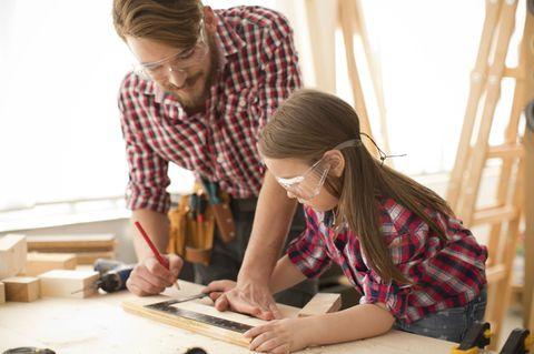 Vater und Tochter bauen