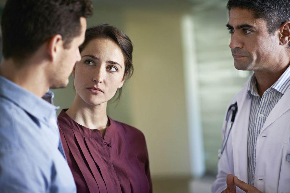 Paar in Gespräch mit Arzt