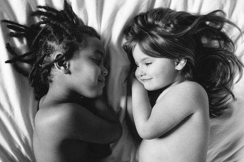 Von Anfang an unzertrennlich: Geschwisterliebe kennt keine Hautfarbe